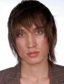 Чоловіча стрижка на середню довжину волосся з чубчиком і рваними кінцями чудово виглядає на волоссі русявого відтінку і поєднується з очима блакитного кольору