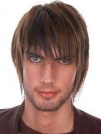 Оригінальна чоловіча стрижка з рваними кінцями і подовженою чубчиком є   відмінним рішенням для власників русявого відтінку волосся і очей зеленого кольору