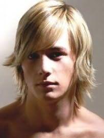 Ніжний і романтичний образ для блондинів у вигляді чоловічої стрижки на середні волосся, з подовженою чубчиком на один бік і укладанням з підкрученими рваними кінцями стане підходящим варіантом для володарів світлого типу шкіри