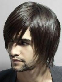 Чудово виглядає чоловіча стрижка на середню довжину тонкого волосся з рваними кінцями і подовженою чубчиком на один бік, яка гармонує з темним кольором волосся, карими очима і світлим типом шкіри