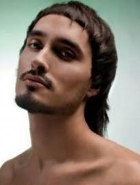 Оригінальна чоловіча стрижка на довге волосся з рваними кінцями і ультракороткою чубчиком є хорошим варіантом для хлопців з теплим цветотипом зовнішності