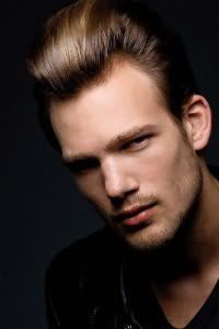 Чоловіча модельна зачіска.