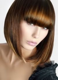 стрижки з прямою чубчиком на середні волосся 3