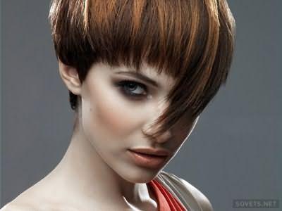 фото: стрижки на коротке волосся з гладкою чубчиком
