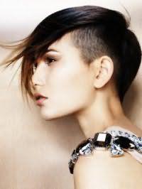 Оригінальна зачіска емо для коротких темного волосся