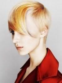 Асиметричний варіант зачіски емо для короткого волосся з колоруванням