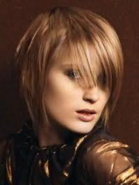 Ідея креативної жіночої стрижки з косою чубчиком для середніх волосся русявого кольору