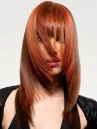 Модна креативна стрижка, виконана драбинкою, з густою прямий чубчиком для довгого волосся рудого кольору
