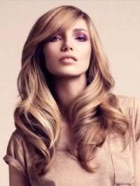 Елегантна зачіска у вигляді великих локонів, доповнена чубчиком на бік, ідеально доповнить образ в стилі ретро