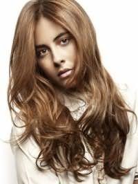 Повсякденне довготривала укладка для довгого волосся темно-русявого відтінку, доповнених довгою чубчиком і макіяжем в натуральних тонах