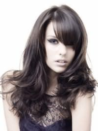Стильна укладка на кожен день для густих довгого волосся чорного кольору з косою чубчиком відмінно виглядає з макіяжем в сірих тонах з широкими стрілками