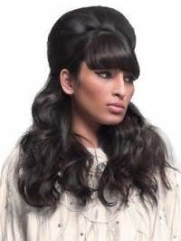 Вечірня довготривала укладка довгого чорного волосся з начосом на потилиці, великими локонами і густий об`ємної чубчиком нагадує стиль 60-х років