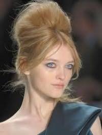 Популярна зачіска бабета з начосом і чубчиком на бік буде добре виглядати на довгому волоссі русявого кольору і стане підходящим варіантом для створення вечірнього образу