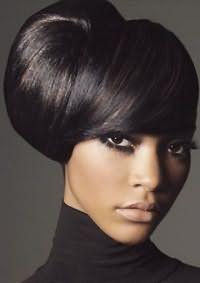 Креативна зачіска з об`ємним начосом на середні або довге волосся чорного кольору гармонує в макіяжем в темних відтінках і підходить жінкам смаглявої шкіри