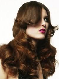 Довготривала укладка у вигляді великих локонів з подовженою чубчиком на весілля для довгого волосся каштанового кольору дивовижно виглядає з макіяжем смоки айс і яскравою помадою