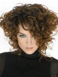 Кучеряві густе волосся середньої довжини цікаво виглядають в асиметричному варіанті стрижки з видовженими пасмами, що нагадують стиль 80-х років