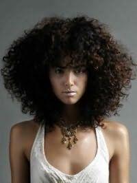 Дівчатам зі смаглявою шкірою і чорним кольором волосся підійде подовжена стрижка з чубком на кучеряве волосся густого типу, що нагадує афро завитки і хімічну завивку