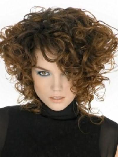Каре на кучерявих волоссі виглядає модно і романтично