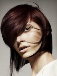 Асиметричний варіант стрижки з густою косою чубчиком для середніх волосся темно-шоколадного кольору стане підходящим варіантом для світлої шкіри і карих очей