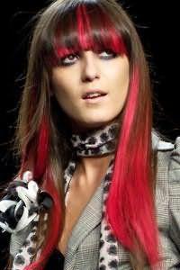 Каскадна стрижка з прямою густий чубчиком на довгі каштанові волосся, доповнена мелірованими пасмами рожевого відтінку, відмінно виглядає з макіяжем в сірих тонах для дівчат з карими очима