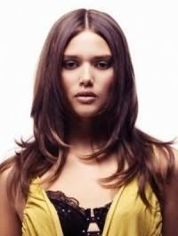 Каштановий колір волосся добре виглядає на стрижці драбинка для дівчаток підлітків з довгим волоссям, і гармонує з вечірнім макіяжем в сірій і коричневій гамі для власниць теплого кольоротипу зовнішності