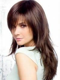 Довгі жорсткі волосся русявого кольору в зачісці для підлітків каскад з рваними кінцями гармонійно доповнюють образ в поєднанні з денним макіяжем в натуральних відтінках для власниць очей сірого тону