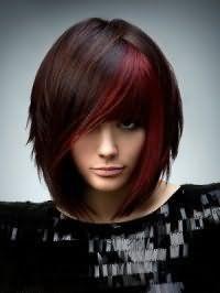 Укладання зачіски для підлітків подовжене каре з чубчиком на каштановому волоссі з колоруванням бордового відтінку доповнить вечірній макіяж в темно-сірих тонах і буде підходящим варіантом для теплого кольоротипу зовнішності