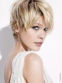 Коротка зачіска для підлітків з рваними кінцями для блондинок стане відмінним варіантом для дівчат з сіро-зеленими очима, виділених чорною підводкою, що поєднується з помадою натурального відтінку