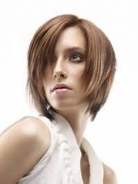 Макіяж блакитних очей в коричневих тонах гармонує з блиском для губ природного кольору і доповнює модну зачіску каре для підлітків з рваними кінцями на волоссі русявого відтінку