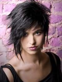 Креативна асиметрична зачіска для підлітків з рваними кінцями чудово виглядає на волоссі чорного кольору, покладених в хаотичні пасма, і поєднується з природним макіяжем очей і помадою рожевого кольору