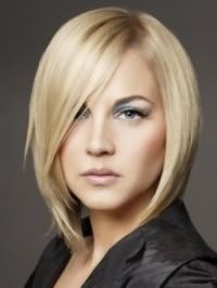Модна стрижка подовжене каре для блондинок з волоссям середньої довжини