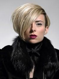 Стильна подовжена стрижка каре для волосся попелястого відтінку