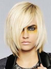 Красива стрижка градуйовані каре з косою чубчиком для блондинки з прямим волоссям