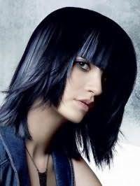 Варіант стрижки подвійне каре з густою прямий чубчиком для волосся чорного кольору ефектно буде виглядати в тандемі з мелірованими синіми прядками