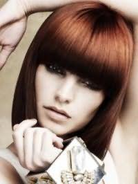 Модна стрижка каре з густим чубчиком для прямого волосся і овальної форми особи