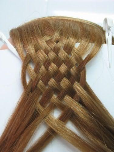 Плетіння і локони на довгому волоссі