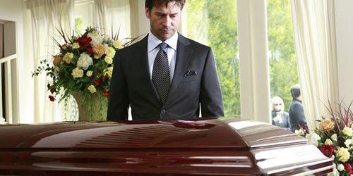 Бачити уві сні похорони близької людини