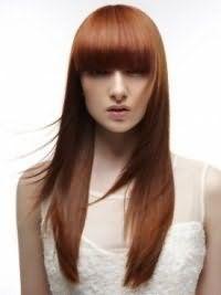 Довгі густі волосся темно-рудого відтінку з прямою чубчиком і каскадної стрижкою добре будуть поєднуватися з макіяжем в натуральних теплих тонах