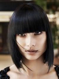 Для створення чудового вечірнього образу відмінним варіантом є макіяж в теплих коричневих тонах, який добре вписується в стрижку каре з рваними кінцями з чубчиком і чорним кольором волосся