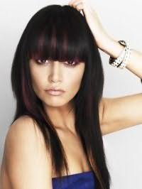 Чорний колір волосся ідеально підкреслюється колоруванням з бордовими пасмами на зачісці каскад з чубком і поєднується з денним макіяжем в коричневих і бежевих відтінках