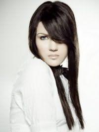 Чорний колір волосся на довгій зачісці з чубчиком на бік і невеликим об`ємом біля коріння буде гармоніювати з макіяжем для зелених очей з підведенням чорного кольору і помадою натурального відтінку