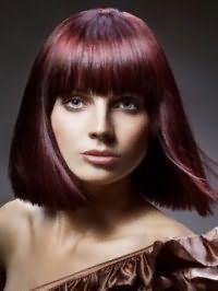 Гармонійне поєднання кольору волосся червоне дерево зі стрижкою подовжене каре з рваними кінцями і густий прямий чубчиком ідеально доповнюється макіяжем очей в коричневих відтінках і рожевою помадою