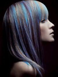 Пряма стрижка з чубком на волоссі кольору блонд доповнюється тонкими колорованого пасмами блакитного відтінку і поєднується з макіяжем в натуральному стилі для повсякденного креативного образу