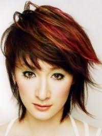 Макіяж для карих очей з оливковими тінями і чорною підводкою відмінно виглядає в комбінації з помадою теракотового відтінку і доповнюється короткою рваною стрижкою з каштановим кольором волосся і колоруванням червоного кольору