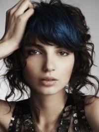 Хвилясте волосся темно-русявого кольору середньої довжини перетворюються в поєднанні з колоруванням синього відтінку і доповнюються макіяжем на кожен день в коричневих тонах