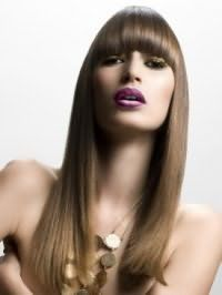 Довге пряме волосся з густим чубчиком, пофарбовані в русявий відтінок з колоруванням, ідеально доповнять макіяж в золотистих тонах для власниць карих очей і смаглявої шкіри