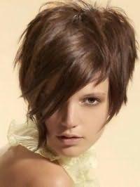 Стильна ідея стрижки каскад з чубком на бік для прямого волосся середньої довжини