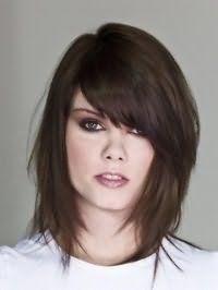 Каскадний варіант креативної стрижки з чубчиком на бік для тонких довгих волосся темно-каштанового кольору