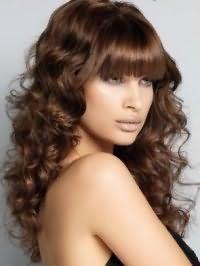 Карамельний колір волосся гармонійно виглядає на густих локонах хвилястого типу з випрямленою чубчиком і доповнюється легким денним макіяжем для карих очей