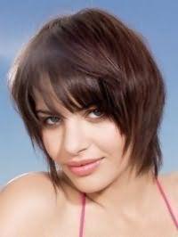 Варіант стрижки каскад для прямого волосся тонкого типу добре виглядає з прямою чубчиком довжиною до брів і фарбуванням в шоколадний відтінок